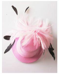Haaraccessoire roze vilten hoedje met licht roze en zwarte veren