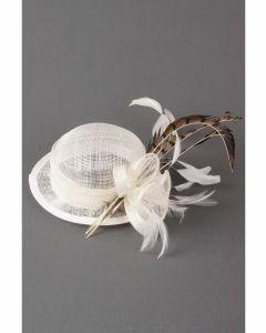 Wit sinamay hoedje met bloem en luipaard gevlekte veertjes