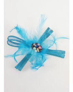 Turquoise fascinator met sinamay strik, veertjes en toef van parels