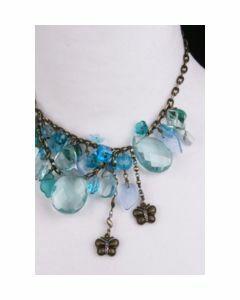 ketting met turquoise glaskralen en bronzen vlinders