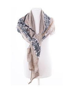 Driehoekige sjaal in taupe afgewerkt met sierbandjes
