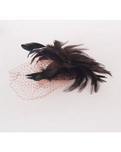 Donkerbruine fascinator met veren en een grove net-sluier