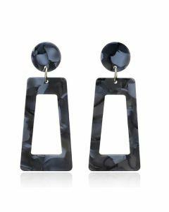 Oorbellen van kunststof in zwart-grijs