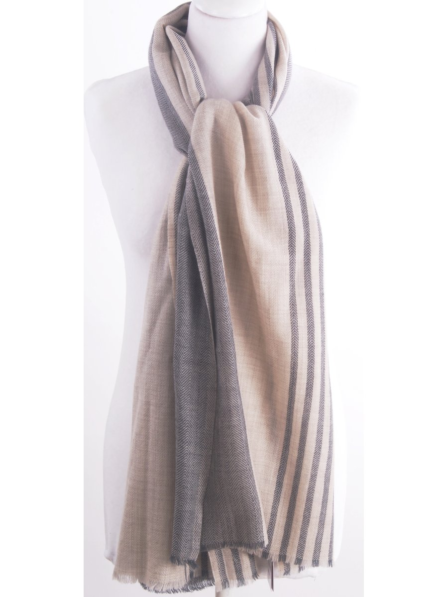 Zachte wollen sjaal in beige met grijs